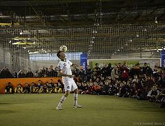 Démonstrations de football freestyle avec Corentin Baron dans un centre indoor de street foot.  Shows et initiations pour les jeunes et enfants pour apprendre les gestes techniques et accrobaties avec le ballon.