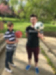 Anniversaire Football Freestyle à Paris avec un freestyler professionnel pour les enfants passionnées de Football. Démonstration et initiation au freestyle pour apprendre les figures avec le ballon.