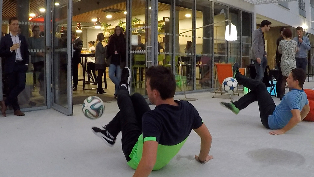 Soirée d'inauguration avec un show freestyle football. DémonstrationFootball Freestyle en duo avec Steven et Corentin à Angers dans le cadre d'une soirée pour l'inauguration d'une nouvelle résidence étudiante.