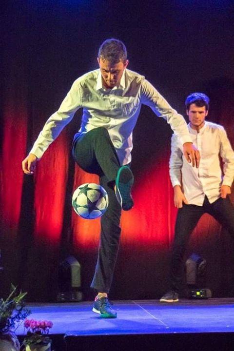 Show spectacle de Freestyle Football avec l'équipe Trick Me de Corentin Baronpour la soirée de remise des trophées sportifs de la ville de Saint Hilaire de Riez en Vendée. Une performance sur scène et une animation avec le public.
