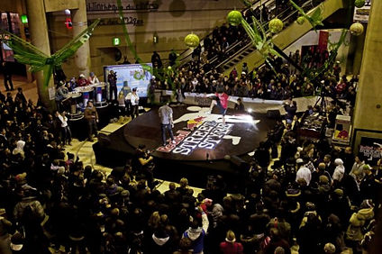 Evènement Red Bull à Paris show football freestyle pour le championnat de France. Participation de Corentin Baron freestyler professionnel vice champion de France. Battle et défis sur scène à Paris dans une ambiance street et urban.