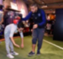 Freestyler Football pour une initiation à Paris pour le PSG dans la boutique avec les supporters. Show Freestyle Football et initiation pour apprendre le jonglage et gestes techniques avec le ballon.