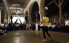 Show football freestyle pour une soirée étudiant à Anger avec Corentin Baron freestyler professionnel de l'équipe Trick Me. Démonstrations, shows, défis et petits ponts pour assurer l'ambiance sur le thème brésil avec d'autres artistes, danseuses et capoiera.
