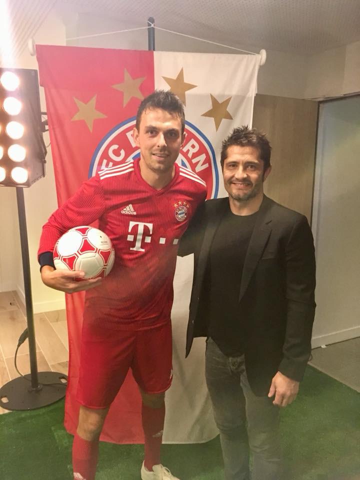 Corentin Baron et Bixente Lizarazu lors du show freestyle football dans le cadre de l'inauguration d'un hôtel à Paris, partenaire du FC Bayern Munich. Démonstration de gestes techniques, défis et concours avec les invités. Une animation participative pour un évènement entreprise.