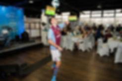 Corentin Baron pour une soirée au restaurant avec des musiciens et artiste, freestyler professionnel de l'équipe Trick Me show spectacle avec initiation et animation football freestyle sur le stade Aston Villa en Anglerre pour la premier league.  Une performance lors des évènements du club pour les clients et supporters