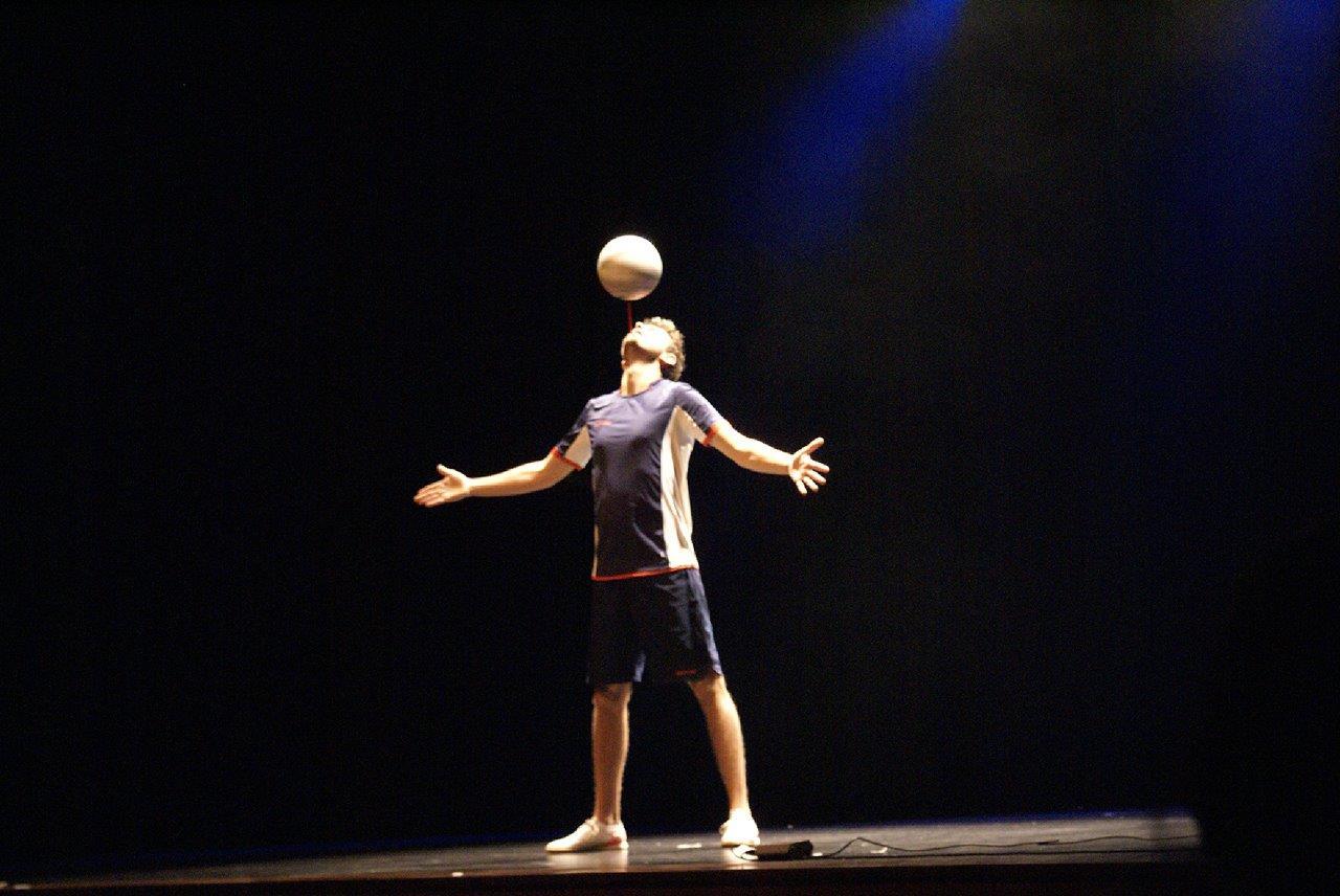 Show Corentin Baron Freestyle football foot soccer urban street spectacle scène cabaret jeunes talen