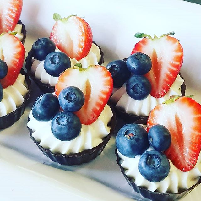Mini chocolate bowls with fresh cream &