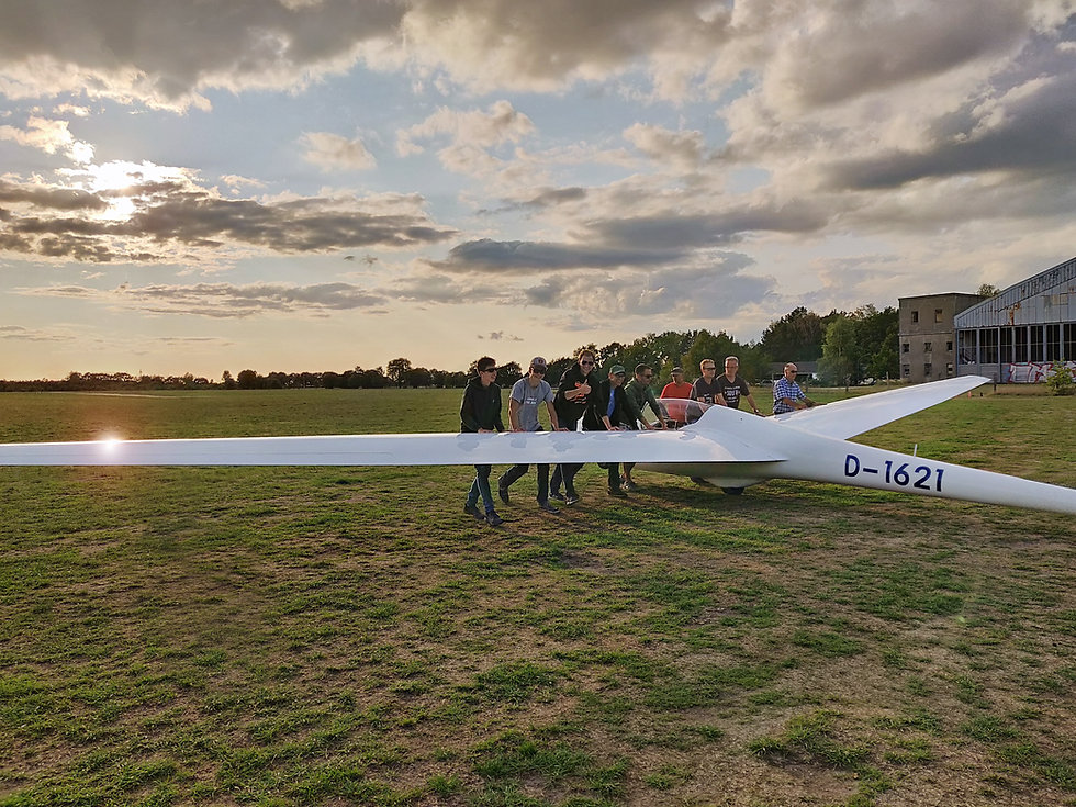 FSCN-Jugendgruppe-Flugzeug-schieben.jpg