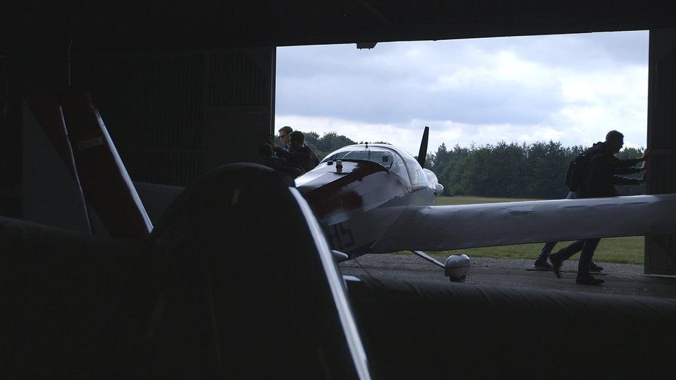 Flugzeughalle-Tore-aufschieben.jpg
