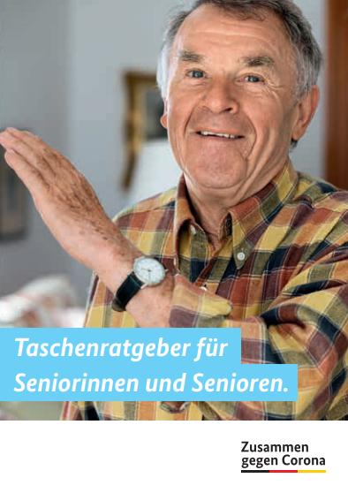 Ein Senior hebt leicht erklärend seine Hand