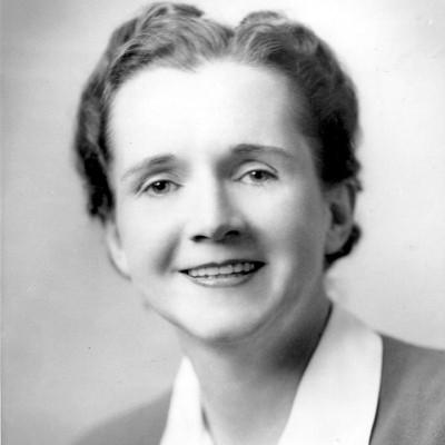 Fotografia de Rachel Carson, em preto e branco, ainda jovem. Ela tem a pele e os olhos claros, cabelos curtos e está sorrindo.