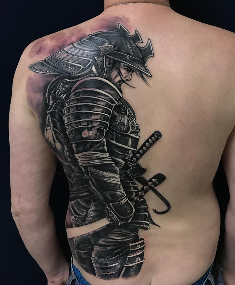 Черно-белая татуировка самурая