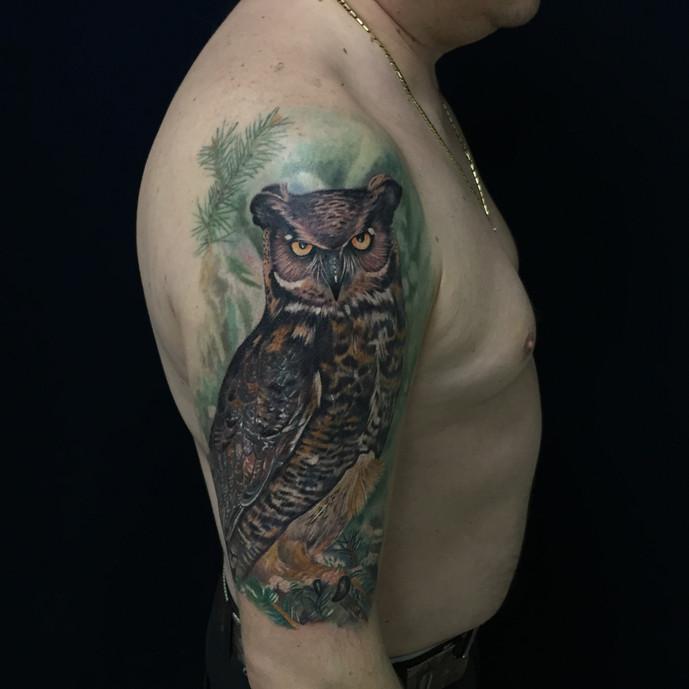Татуировка совы на плече в стиле реализма