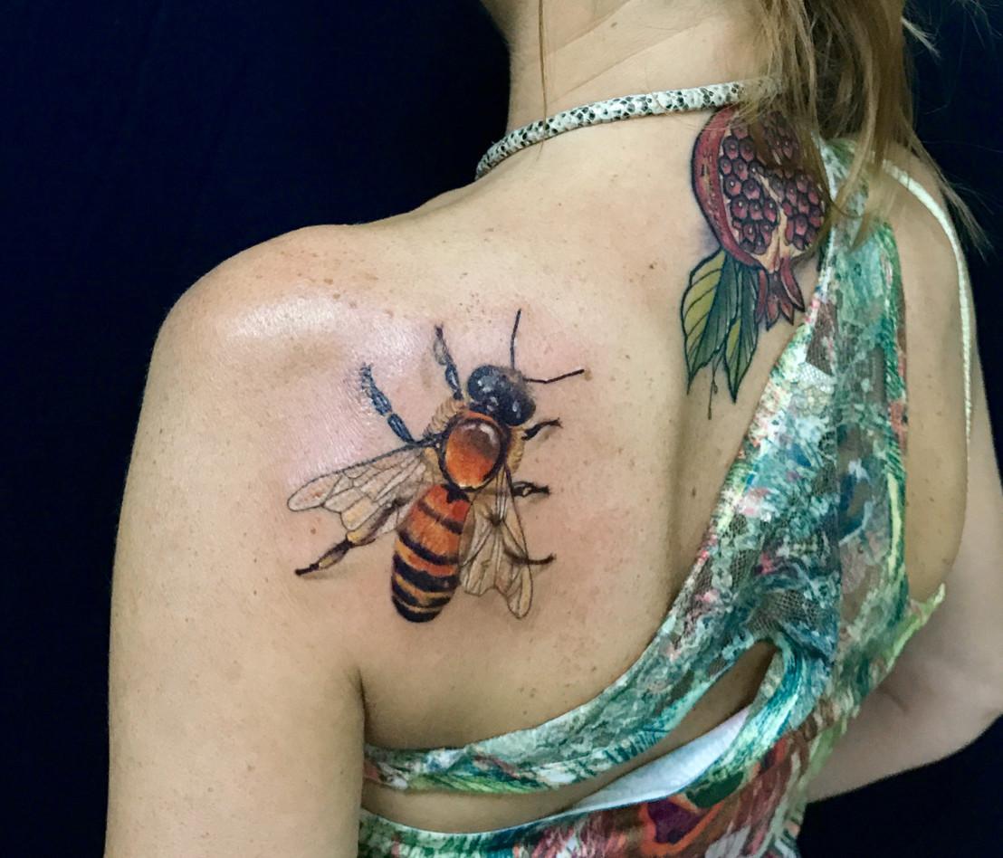 Татуировка пчелы на лопатке. Татуировки для девушек