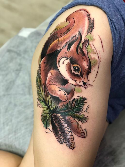 Татуировки на ноге для девушек. Белочка на еловой ветке с шишками