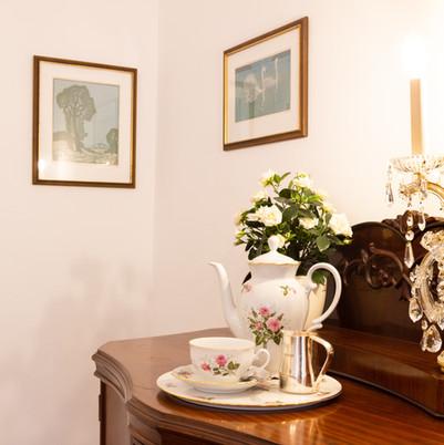 Wohnzimmer - Detail mit Teeservice, Heritage Boutique Apartment Marie
