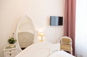 Schlafzimmer mit Smart TV, Heritage Boutique Apartment Sophie