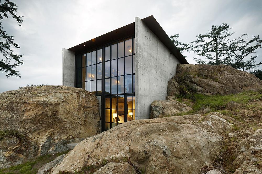 casa nella roccia realizzata da Tom Kundig