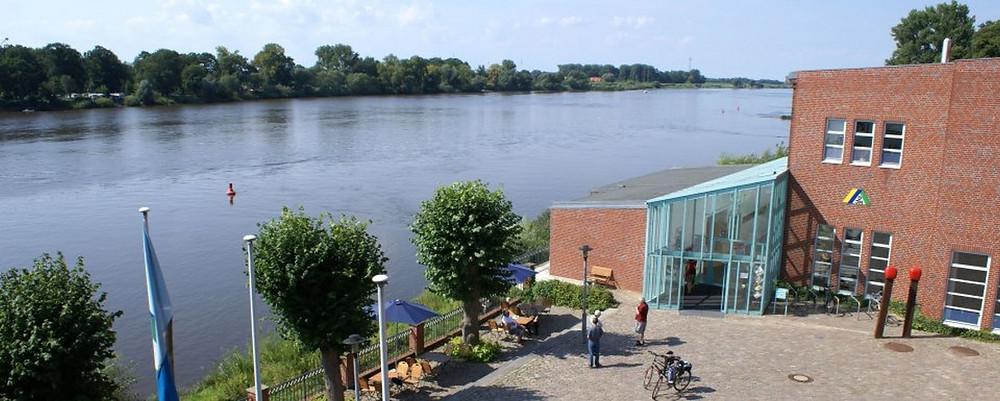 Die Elbe in Lauenburg, rechts dankeben ist die Jugendherberge zu sehen.