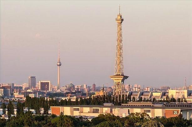 Skyline und Stadtpanorama Blick von Berlin-Charlottenburg mit Aussicht auf den Funkturm bei Dämmerung.