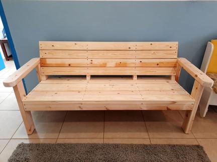 בניית ספסל בסדנת נגרות לנוער.jpeg