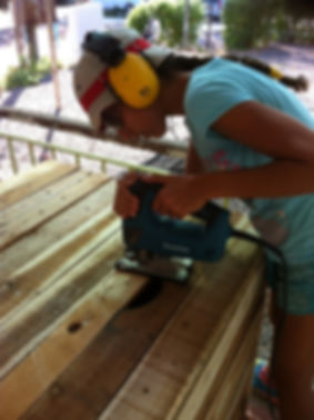 נערה עובדה בסדנת נגרות שקיימנו באשדות יעקב