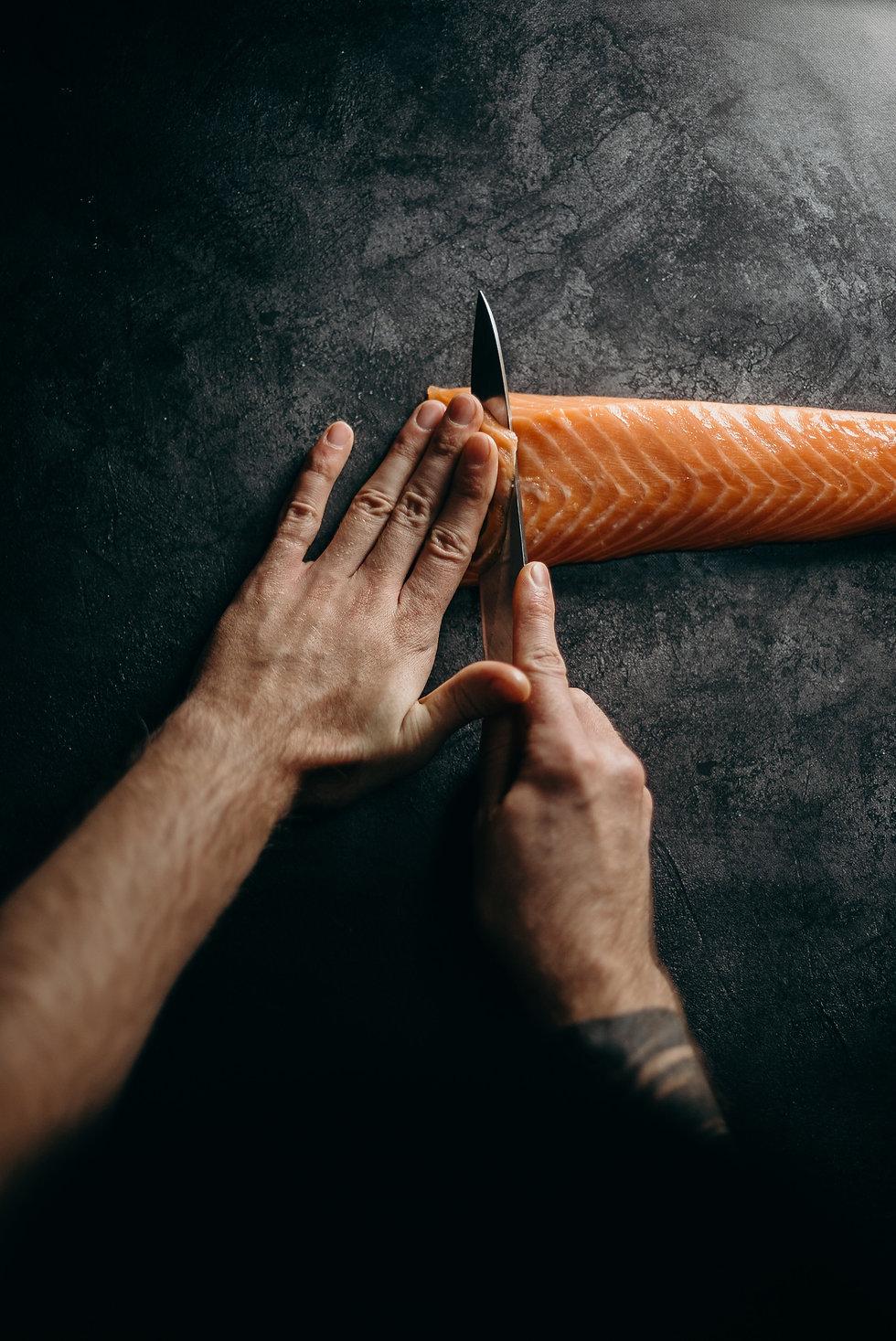 Fischschneiden mit einem scharfen Messer