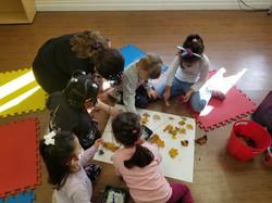 Pre-schooler working together inSpanish!