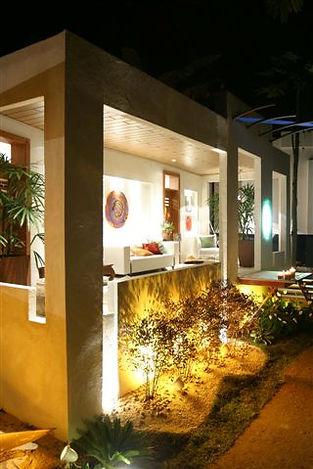 Area externa com vegetacao e iluminacao
