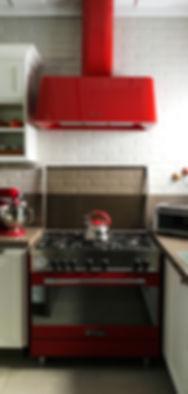 Cozinha moderna com eletrodomesticos vermelhos