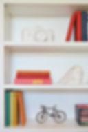 Prateleira com livros coloridos