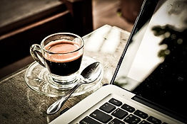 Laptop an Coffee
