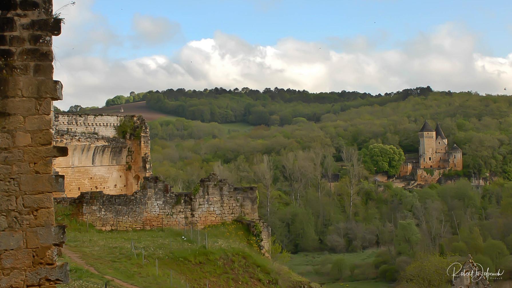 Commarque, vu depuis le château sur celui de Laussel