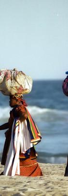 Vendeuses de tissus sur la plage