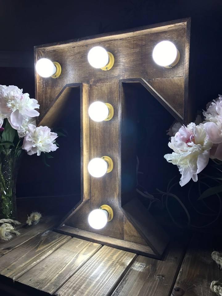Буква с встроенными лампами