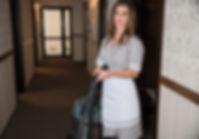 retrato-camarera-sonriente-pie-pasillo-h
