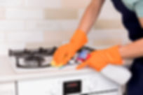 retrato-hombre-limpiando-su-casa_23-2148