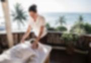 terapeuta-masaje-masaje-spa_53876-77320.