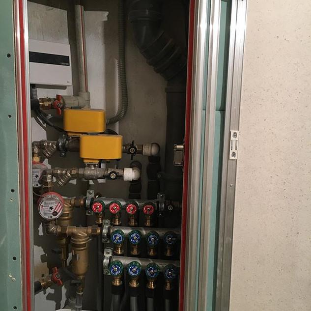 Сантехнический шкаф в санузле