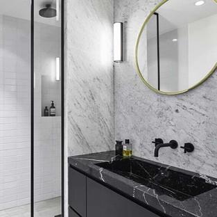 Banheiro-com-revestimento-em-mármore-bra