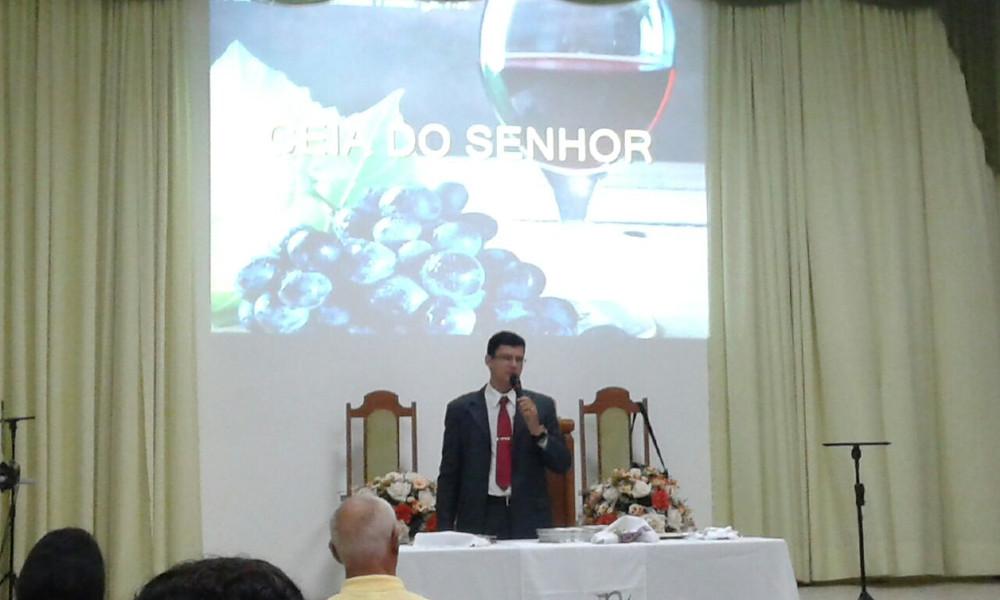 Pastor Albert Iglésia ministrando a Ceia do Senhor no último dia 02/04/17