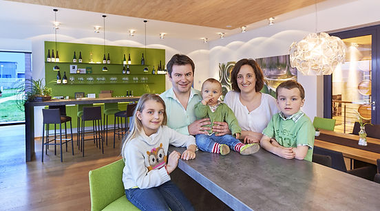 Winzerfamilie Hofmann in der neuen Probierstube in Appenheim