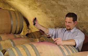 Arne Bercher bei der Fassprobe im Rotweinkeller