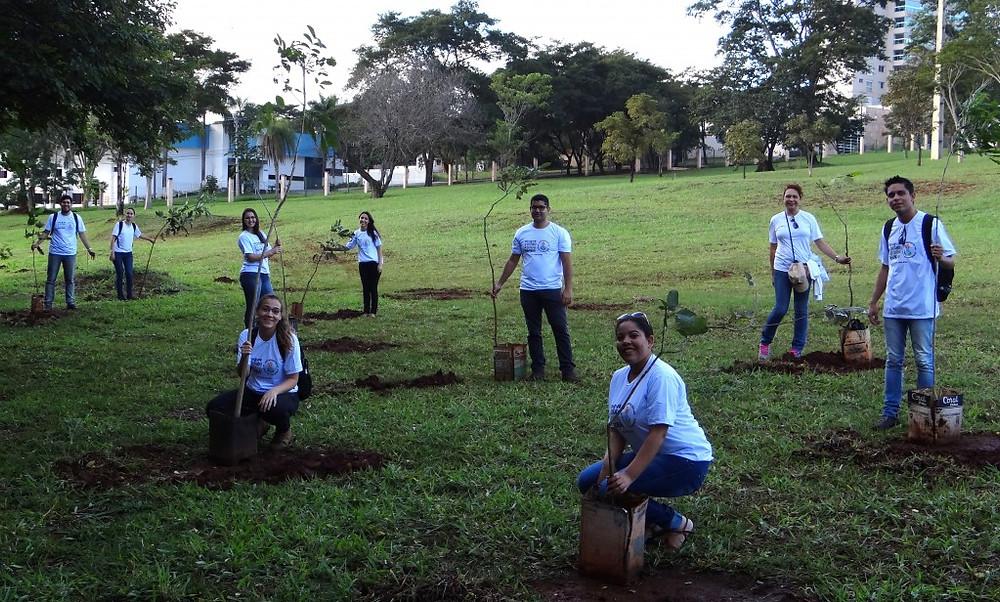 Bolsistas participam do plantio de mudas em Campo Grande/MS. Foto: Prog. Apa para Todos