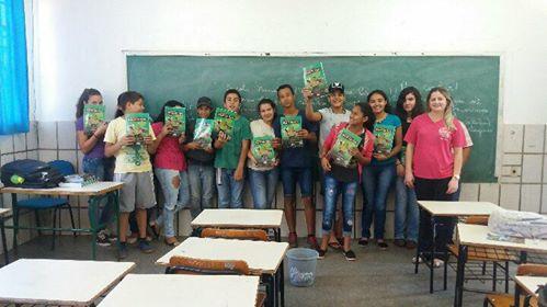 """Estudantes de Antônio João-MS, com o livro de figurinhas """"Maravilhas da Bacia do Apa"""". Foto: Adriana Soares"""