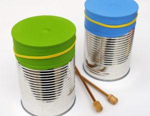 Saiba como transformar materiais recicláveis em instrumentos musicais para crianças