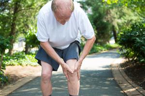 homem de meia idade sentindo dores provocadas pela osteoartrite no joelho