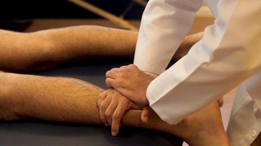 Fisioterapeuta aplicando liberação miofacial