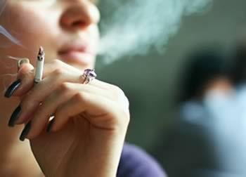 Mulher fumando cigarro