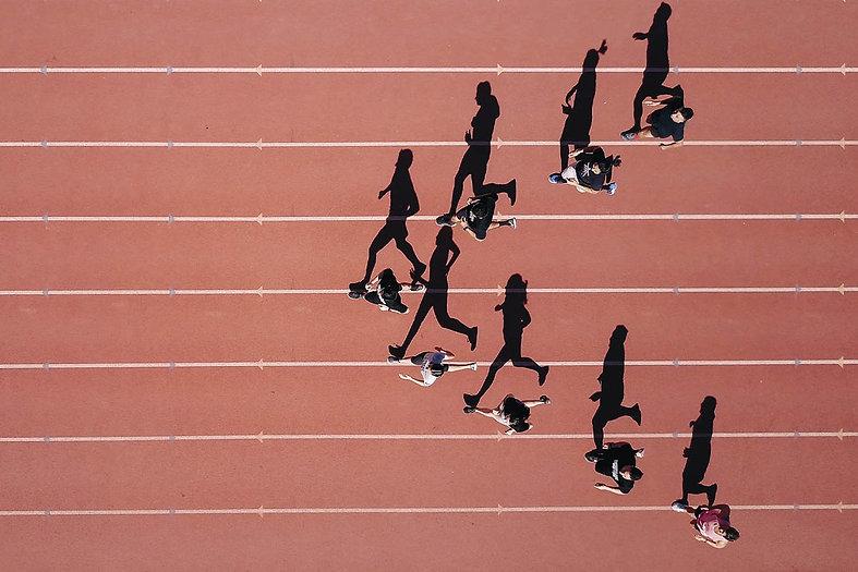 Corredores compeindo em uma pista de atletismo